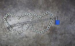 Dwa dokrętek serce z błękita kluczem na metalu tle Dokrętki hea Obraz Stock