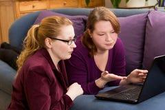 Dwa dokuczali kobiety z komputerem obraz stock