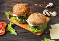 Dwa domowej roboty wołowina hamburgeru z jajkiem na drewno stole Zdjęcia Royalty Free