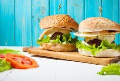 Dwa domowej roboty wołowina hamburgeru z jajkiem na drewno stole Obraz Royalty Free