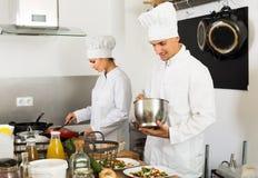 Dwa dorosła kobieta i męscy uradowani kucharzi Obraz Stock