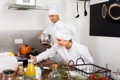 Dwa dorosłej kobiety i samiec kucharza Fotografia Stock