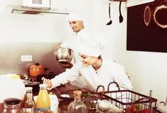 Dwa dorosłej kobiety i samiec kucharza Obrazy Royalty Free