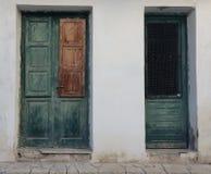 Dwa drewnianego zielonego błękitnego błękitnego gruzinu stylu chrzcielnicy drzwi domy, przeciw białej ścianie obrazy stock