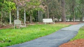 Dwa drewnianej ławki obok ścieżki obrazy royalty free
