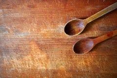 Dwa drewnianej łyżki na drewnianej ciapanie desce, tło fotografia stock