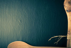 Dwa drewnianej łyżki na krawędziach czarny tło Astronautyczny fo fotografia royalty free