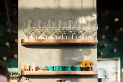 Dwa drewnianej półki na ścianie w barze z szkłami na one zdjęcia royalty free