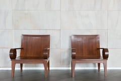 Dwa drewniany krzesło przeciw ścianie zdjęcia stock