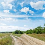 Dwa drogi w zieleń krajobrazie pod niebieskim niebem obrazy royalty free