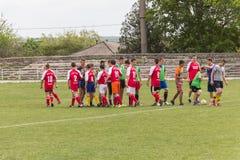 Dwa drużyn futbolowych amatorska sztuka na polu wewnątrz Zdjęcia Royalty Free