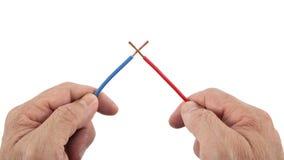 Dwa drutu Krzyżowali dla Krótkiego - obwód w rękach Obraz Stock