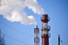 Dwa drymby Przemysłowy dym od kominu przeciw niebu fotografia stock