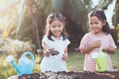 Dwa dzieci azjatykcia mała dziewczynka ma zabawę przygotowywać ziemię Obraz Royalty Free