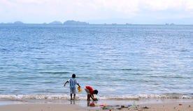 Dwa dzieci bawią się na plaży Piękny morze Fotografia Royalty Free