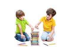 Dwa dzieci konstrukcja wierza od ołówków Fotografia Stock