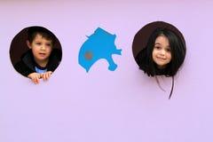 Dwa dzieci sztuki kryjówka aport - i - obraz stock