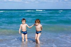 Dwa dzieciak chłopiec biega na ocean plaży Małe Dzieci Ma zabawę zdjęcie royalty free