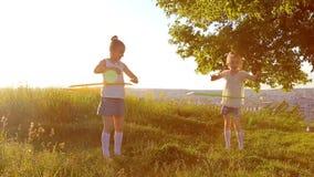 Dwa dzieciak dziewczyn sztuka z obręczem zdjęcie wideo