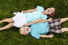 Dwa dzieciaka Śmia się zabawę outdoors i ma Obraz Stock
