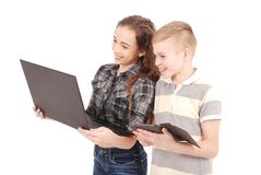 Dwa dzieciaka bawić się i target957_1_ sieć na cyfrowej pastylce i laptopie Zdjęcie Stock
