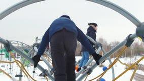 Dwa dzieciaka bawić się na boisku wpólnie rozdrapywanie zdjęcie wideo