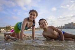 Dwa dzieciaka bawić się przy plażą Obrazy Royalty Free