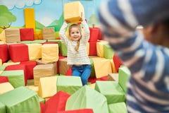 Dwa dzieciaka Bawić się w Piankowej jamie zdjęcia royalty free