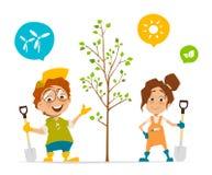 Dwa dzieciaka chłopiec i dziewczyna zasadza drzewa Zdjęcia Royalty Free
