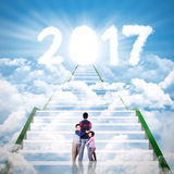 Dwa dzieciaka ściska ich ojca z cloudscape Fotografia Stock