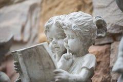 Dwa dzieciaka czyta książkę Zdjęcia Royalty Free