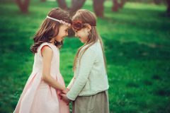 Dwa dzieciaka szczęśliwa dziewczyna bawić się wpólnie w lecie, plenerowe aktywność obraz stock