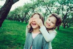 Dwa dzieciaka szczęśliwa dziewczyna bawić się wpólnie w lecie, plenerowe aktywność fotografia royalty free