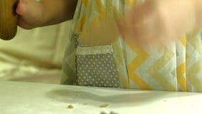 Dwa dzieciaka ugniata ciasto dla robią ciastkom wpólnie zbiory