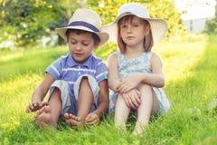 Dwa dzieciaka w kapeluszach Zdjęcie Stock