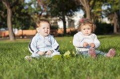 Dwa dzieciaka w parku Obrazy Royalty Free