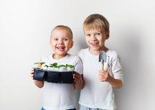 Dwa dzieciaka z, ekologia, ?rodowisko temat na bia?ym tle, i zdjęcie stock