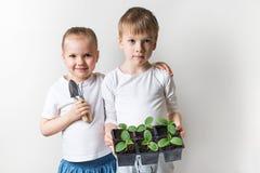 Dwa dzieciaka z, ekologia, ?rodowisko temat na bia?ym tle, i fotografia stock