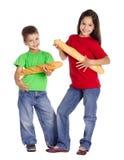 Dwa dzieciaka z francuskimi baguettes Obraz Royalty Free