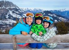 Dwa dzieciaka z macierzystymi cieszy się zima wakacjami Zdjęcia Stock
