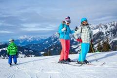 Dwa dzieciaka z macierzystymi cieszy się zima wakacjami Fotografia Stock
