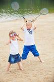 Dwa dziecka bawić się z badminton wyposażeniem Zdjęcia Royalty Free