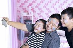 Dwa dziecka bierze fotografię z ich ojcem obrazy stock
