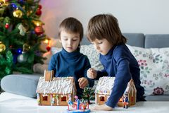 Dwa dziecka, chłopiec bracia, bawić się z piernikowymi domami zdjęcia stock
