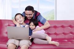 Dwa dziecka cieszy się film z ich ojcem Obrazy Stock