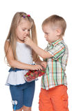 Dwa dziecka jedzą truskawki Zdjęcia Royalty Free
