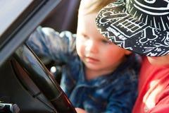 Dwa dziecka jedzie samochód Obraz Stock