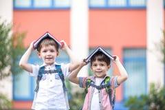 Dwa dziecka młody szkolny wiek chłopiec i jego przyjaciel, są r zdjęcie royalty free