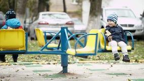 Dwa dziecka na karuzeli zbiory wideo