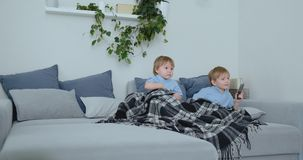Dwa dziecka oglądają podniecającego programa telewizyjnego na TV Dwa brata oglądają TV zbiory wideo